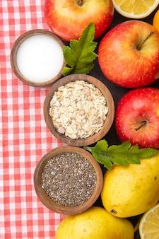 Vista dall'alto deliziosi frutti a fette all'interno del piatto con frutta fresca su un albero fotografico maturo esotico di frutta scura
