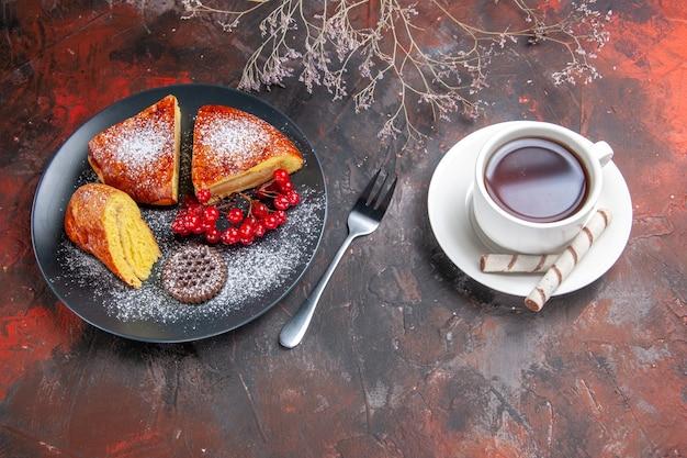 Vista dall'alto deliziosa torta a fette con bacche rosse sul tavolo scuro torta torta dolce tè