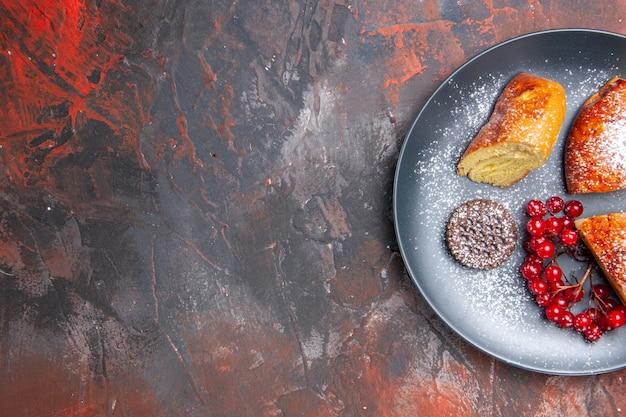 어두운 테이블 파이 달콤한 케이크에 붉은 열매와 상위 뷰 맛있는 슬라이스 파이