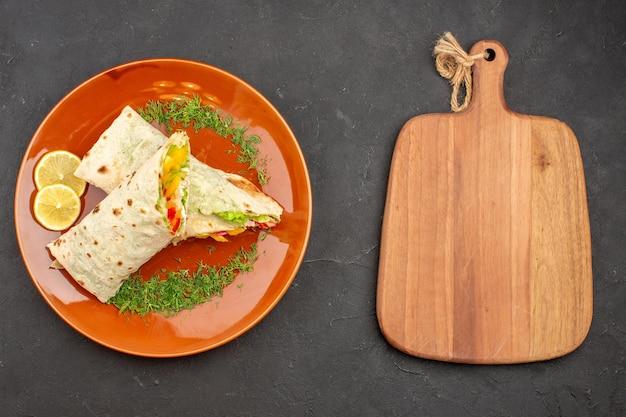 어두운 배경 햄버거 식사 샌드위치 빵 스낵에 접시 안에 상위 뷰 맛있는 슬라이스 shaurma 샐러드 샌드위치