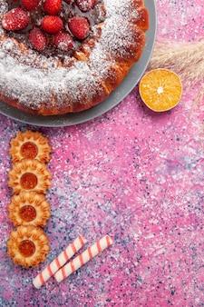 Vista dall'alto deliziosa torta di fragole torta di zucchero in polvere con i biscotti sulla torta rosa scrivania torta di biscotti di zucchero dolce