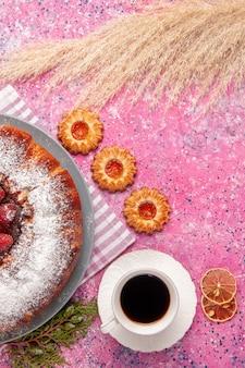 Vista dall'alto deliziosa torta di fragole zucchero in polvere con biscotti e tazza di tè sulla superficie rosa torta dolce zucchero biscotto biscotti tè
