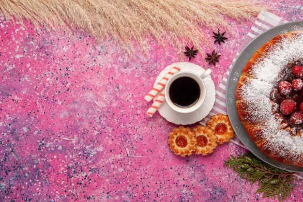 平面図ライトピンクの背景ケーキにお茶とクッキーを混ぜたおいしいストロベリーケーキシュガー甘いビスケットクッキーティー