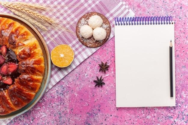 上面図おいしいストロベリーパイの丸い形のピンクのフルーティーなケーキ