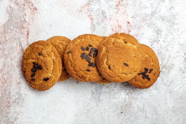 Vista dall'alto di deliziosi biscotti di zucchero sulla superficie bianca