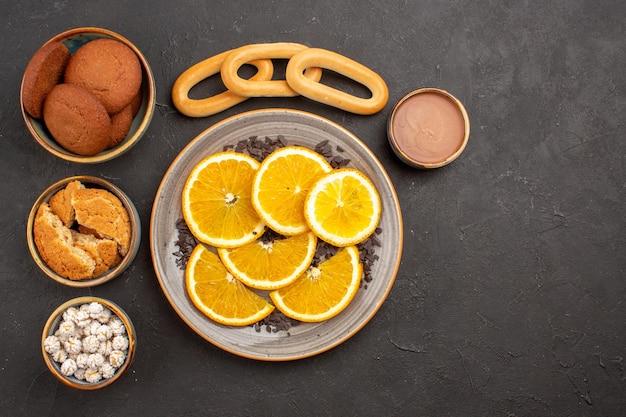 어두운 배경 쿠키 비스킷 설탕 케이크 디저트 달콤한에 신선한 슬라이스 오렌지와 상위 뷰 맛있는 설탕 쿠키