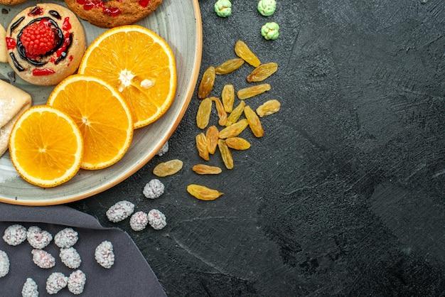 어두운 표면 설탕 비스킷 달콤한 쿠키 케이크 차에 파이와 오렌지 슬라이스 상위 뷰 맛있는 설탕 쿠키