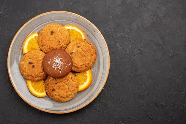 어두운 배경에 접시 안에 슬라이스 오렌지와 상위 뷰 맛있는 설탕 쿠키 설탕 과일 비스킷 달콤한 쿠키