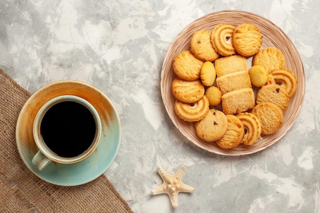 上面図白い表面に一杯のコーヒーとおいしい砂糖