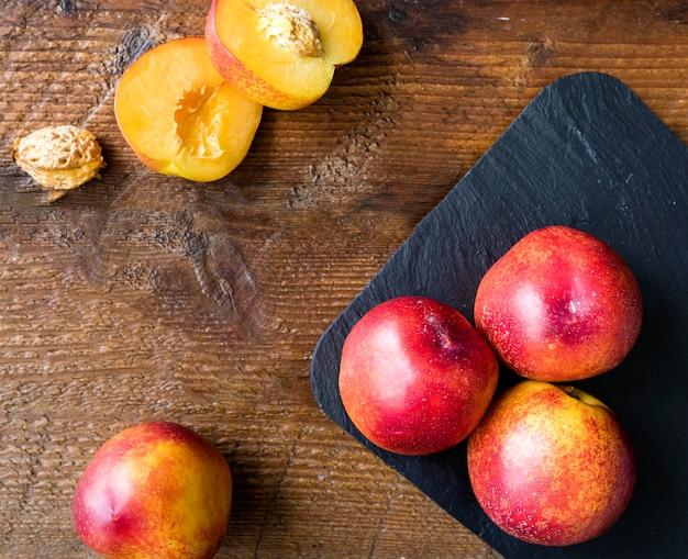 Вид сверху вкусные летние фрукты на тарелке