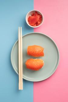 Вид сверху вкусный ассортимент суши