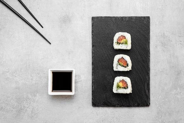 Vista dall'alto delizioso sushi a bordo
