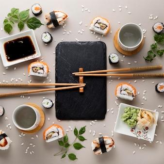 Vista dall'alto del delizioso concetto di sushi