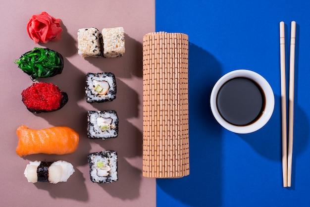 Вид сверху вкусные суши роллы на суши день