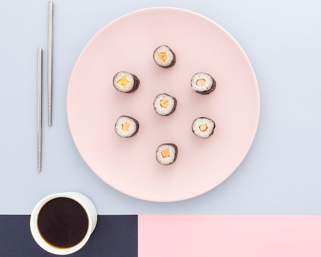 Вид сверху вкусные суши роллы на столе