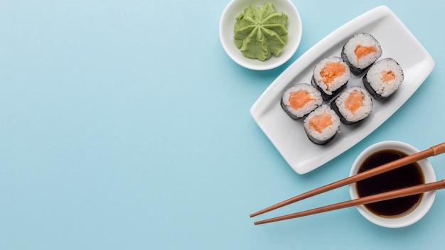 Вид сверху вкусные суши роллы с васаби и соевым соусом