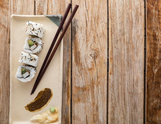 Vista dall'alto di un delizioso sushi con copia spazio