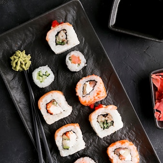 Вид сверху вкусные суши с соусом