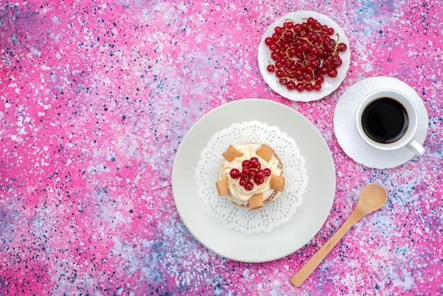 Вид сверху вкусный сладкий торт с кремом внутри тарелки на красочном фоне цвета выпечки торта бисквитного теста