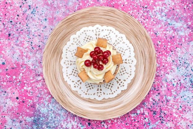 Вид сверху вкусный сладкий торт со сливками внутри тарелки на красочном фоне торт бисквитное сахарное тесто цвет выпечки
