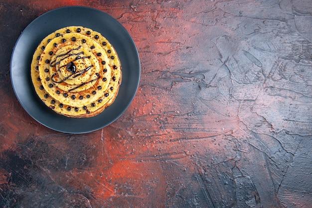 어두운 표면에 입힌 상위 뷰 맛있는 달콤한 팬케이크