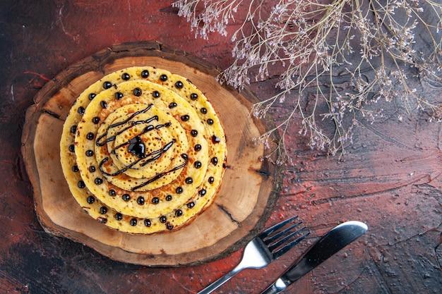 어두운 표면에 입힌 상위 뷰 맛있는 달콤한 팬케이크 무료 사진