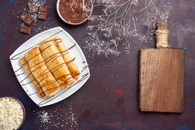어두운 보라색 공간에 초콜릿과 함께 상위 뷰 맛있는 달콤한 파이