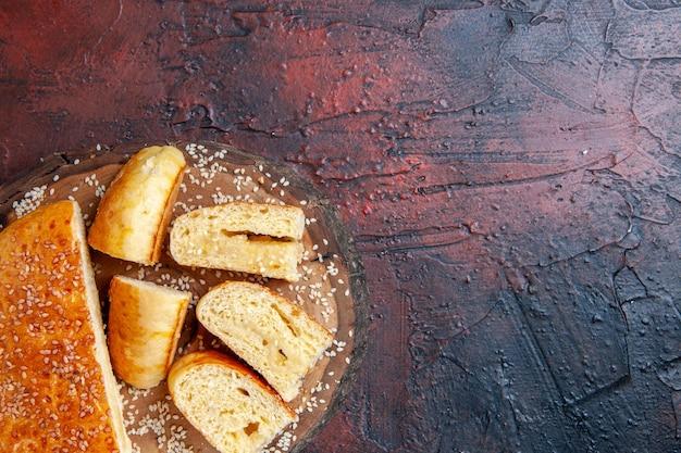 Vista dall'alto deliziosa pasta dolce tagliata a pezzi sulla superficie scura