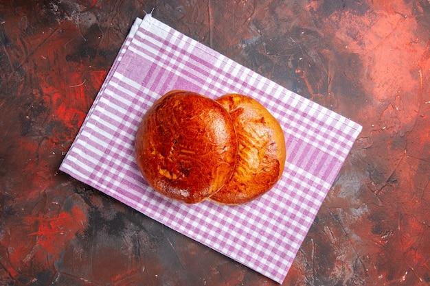 暗いテーブルの上のおいしい甘いパイの上面図パイ甘いケーキビスケットペストリー