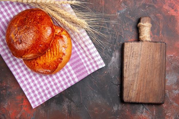 トップビューダークデスクパイのおいしい甘いパイ甘いケーキペストリービスケット