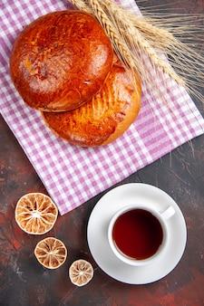 トップビューダークデスクパイ甘いケーキペストリーにお茶とおいしい甘いパイ