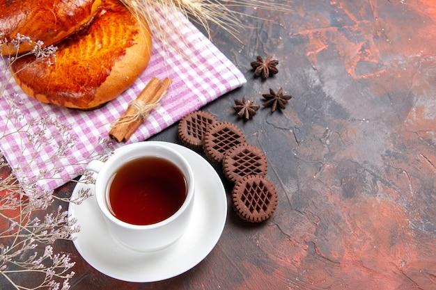 トップビュー暗い床のパイの甘いケーキのペストリーにお茶とおいしい甘いパイ