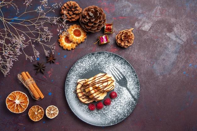 暗い背景のプレートの内側のトップビューおいしい甘いロールはビスケット生地の甘いケーキをロールします