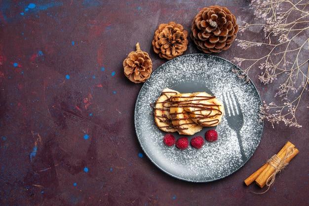 상위 뷰 맛있는 달콤한 롤 어두운 배경 롤 비스킷 달콤한 파이 케이크 차 디저트에 접시 안에 차를위한 케이크를 슬라이스