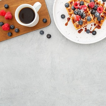 Вид сверху вкусные сладкие вафли и место для копирования кофе