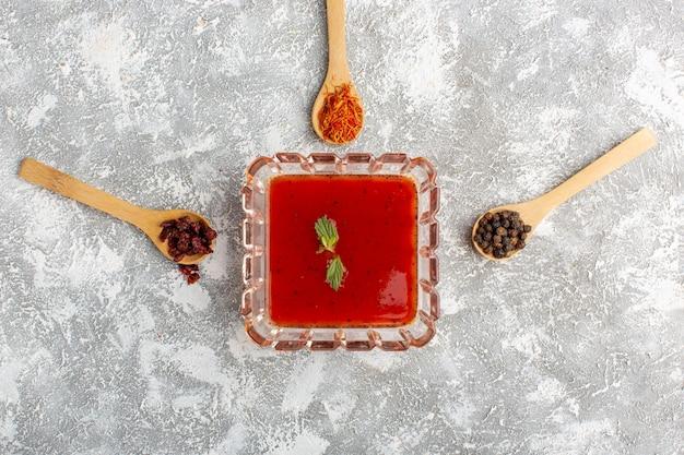 Vista dall'alto deliziosa salsa di pomodoro con verdure sul cibo vegetale cena pasto cena minestra da tavola grigia