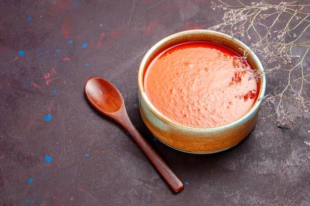 トップビューダークバックグラウンドソースミールトマト料理スープに新鮮なトマトから調理されたおいしいトマトスープ 無料写真