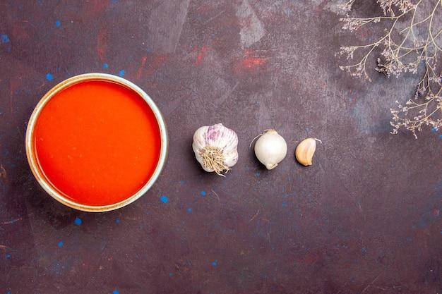 Вид сверху вкусный томатный суп, приготовленный из свежих помидоров с чесноком на темном фоне, соусное блюдо, томатный суп