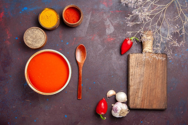 어두운 배경에 조미료와 신선한 토마토에서 요리 한 상위 뷰 맛있는 토마토 수프 토마토 요리 수프 소스 식사 빨간색