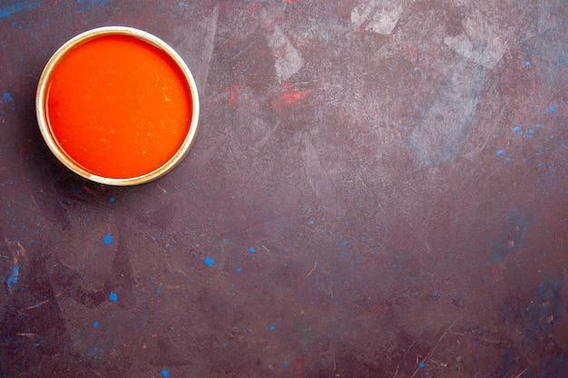 Вид сверху вкусный томатный суп с кремовой текстурой из свежих помидоров на темном фоне соус суп блюдо еда помидор