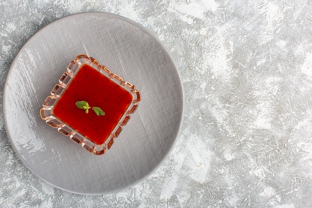 Vista dall'alto deliziosa zuppa di pomodoro all'interno della lastra grigia sul tavolo bianco-grigio, cibo vegetale cena pasto zuppa