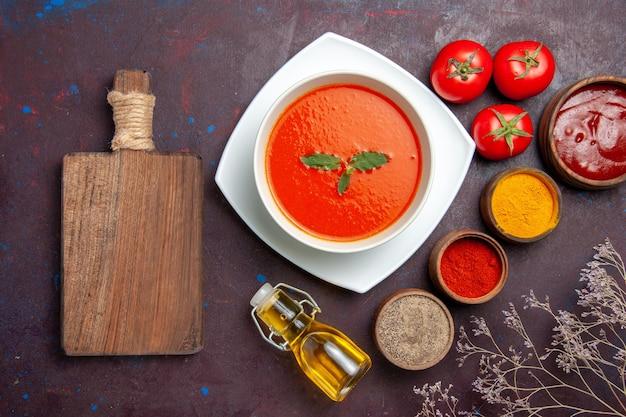 어두운 배경 접시 소스 토마토 색 식사 수프에 다른 조미료와 상위 뷰 맛있는 토마토 수프