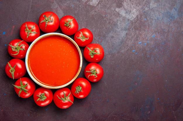 Vista dall'alto deliziosa zuppa di pomodoro con pomodori rossi freschi su sfondo scuro piatto di zuppa di pomodoro cena