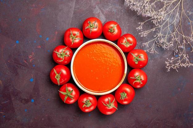 Вид сверху вкусный томатный суп со свежими красными помидорами на темном фоне томатный суп обеденное блюдо