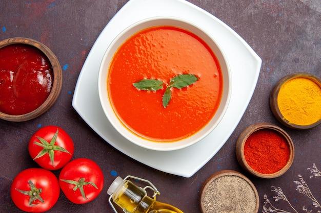 トップビュー濃い背景に調味料を入れたおいしいトマトスープディッシュソーストマトカラーミールスープ