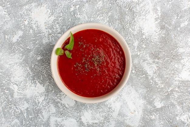 회색 테이블에 조미료와 함께 상위 뷰 맛있는 토마토 수프, 수프 식사 저녁 야채