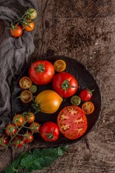 Вид сверху вкусные помидоры на тарелке