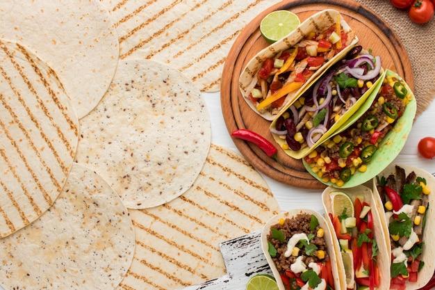 Вид сверху вкусные лепешки с мясом и овощами
