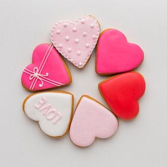 Vista dall'alto di deliziosi biscotti di san valentino