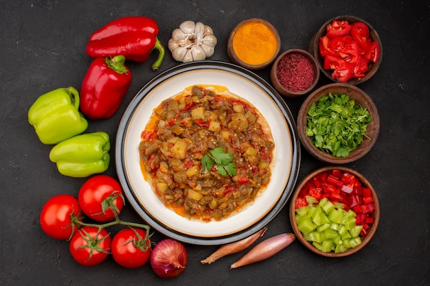 Vista dall'alto delizioso piatto di verdure cucinato con verdure fresche su insalata di superficie grigia cucina salsa di olio alimentare